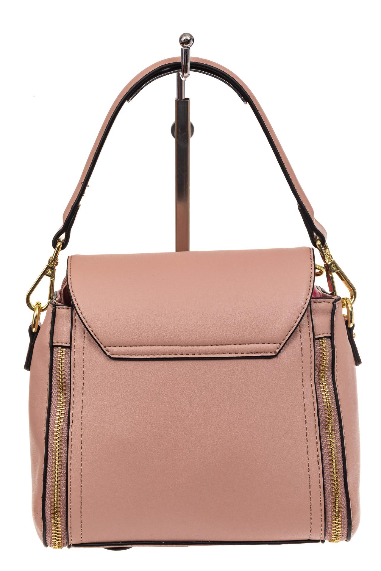 На фото 2 - Наплечная сумка из искусственной кожи с эффектным замком, цвет пудра