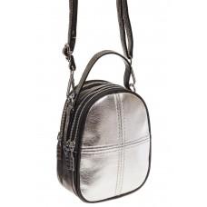На фото 1 - Маленькая сумочка из серебристой искусствен...