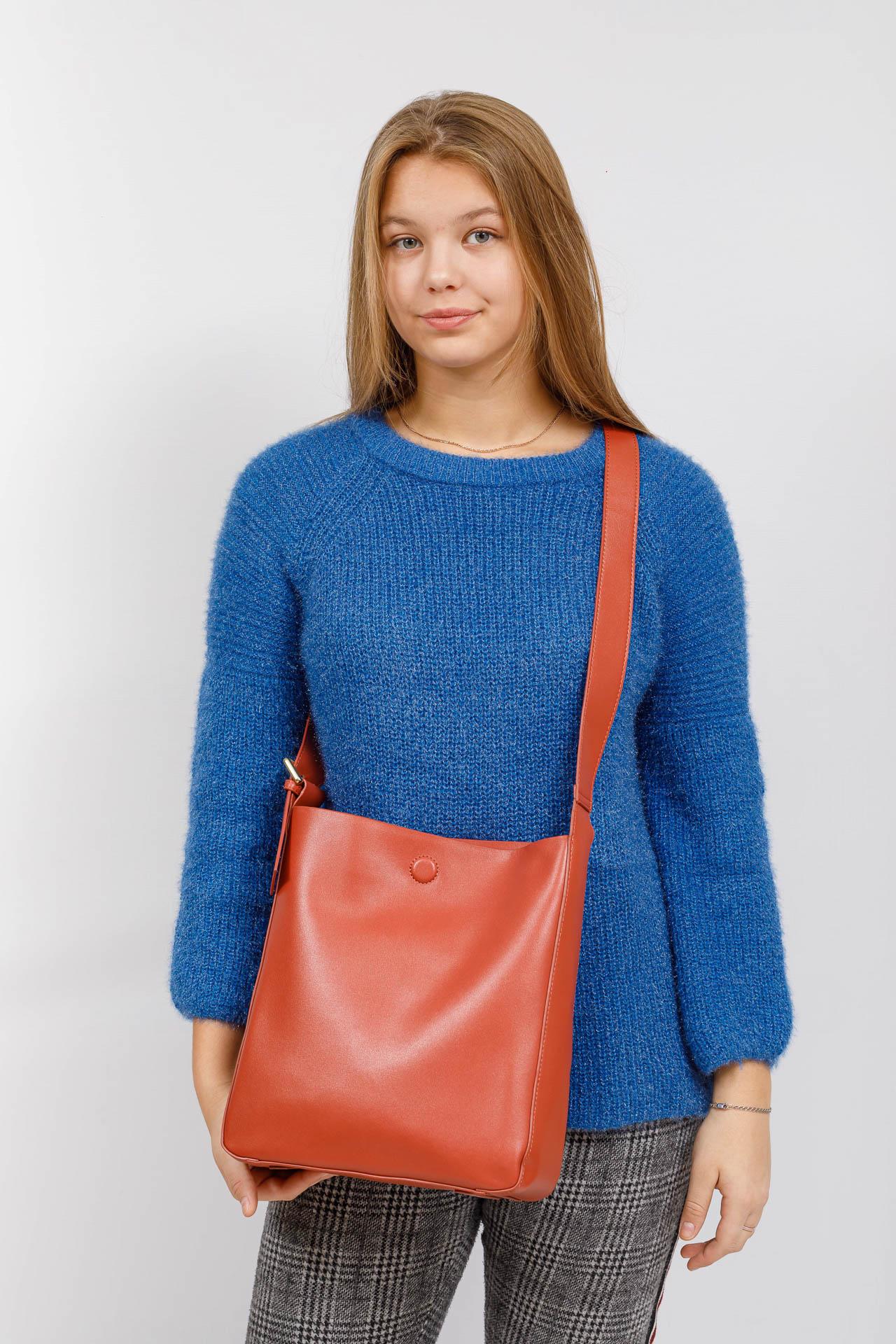 На фото 5 - Женская сумка-пакет из натуральной кожи, цвет коралл