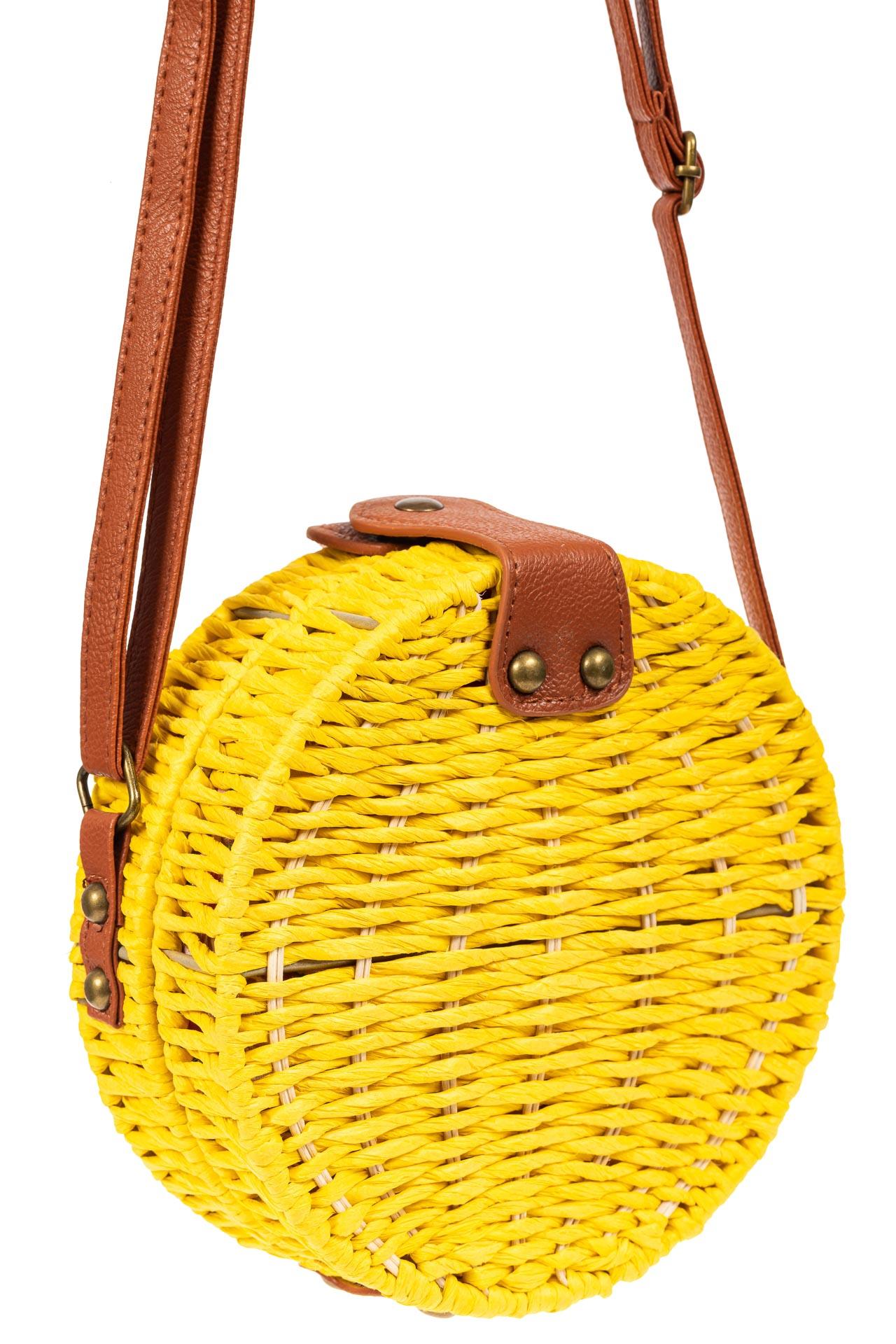 На фото 1 - Круглая сумка-коробочка из ротанга, цвет желтый