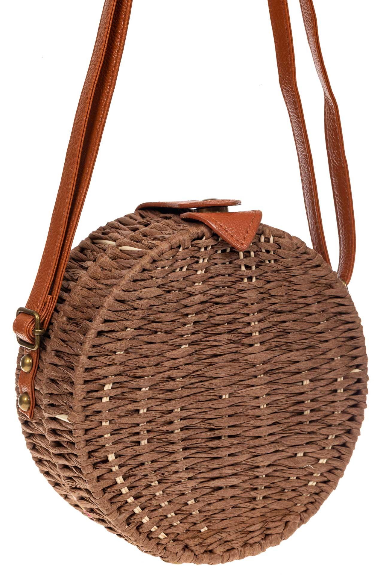 На фото 1 - Круглая сумка-коробочка из ротанга, цвет коричневый