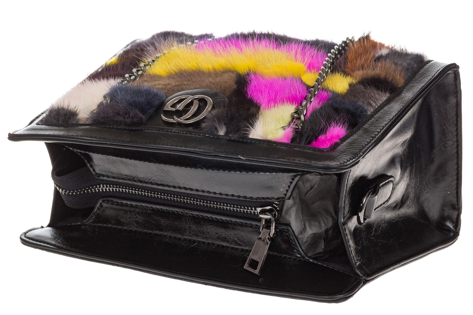 На фото 4 - Женская сумка из меха, яркая розовая кросс-боди