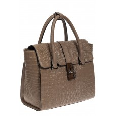 На фото 1 - Женская кожаная сумка с фактурой крокодила и подвеской, цвет какао