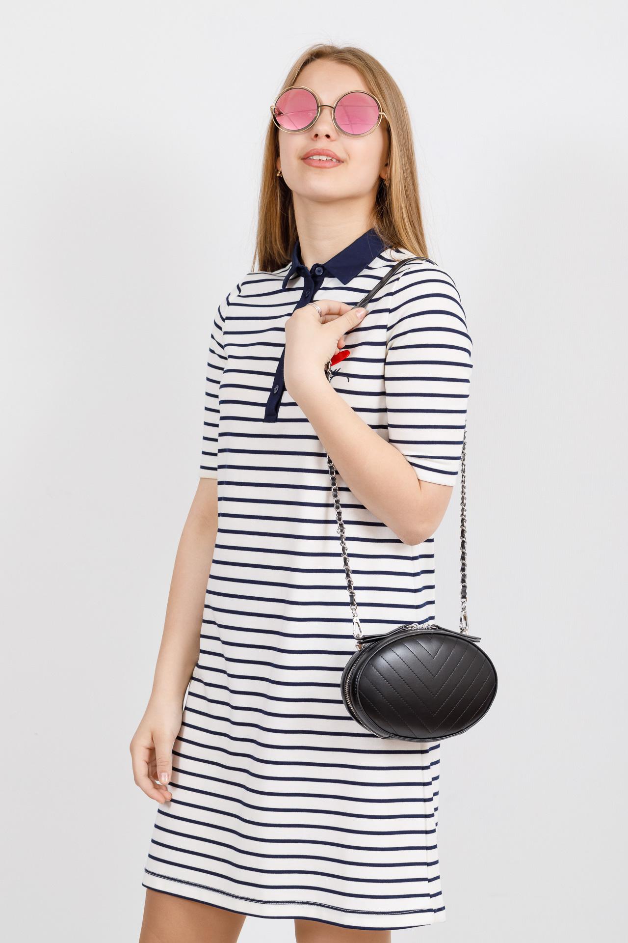 На фото 4 - Плоская овальная сумка из натуральной кожи, цвет черный