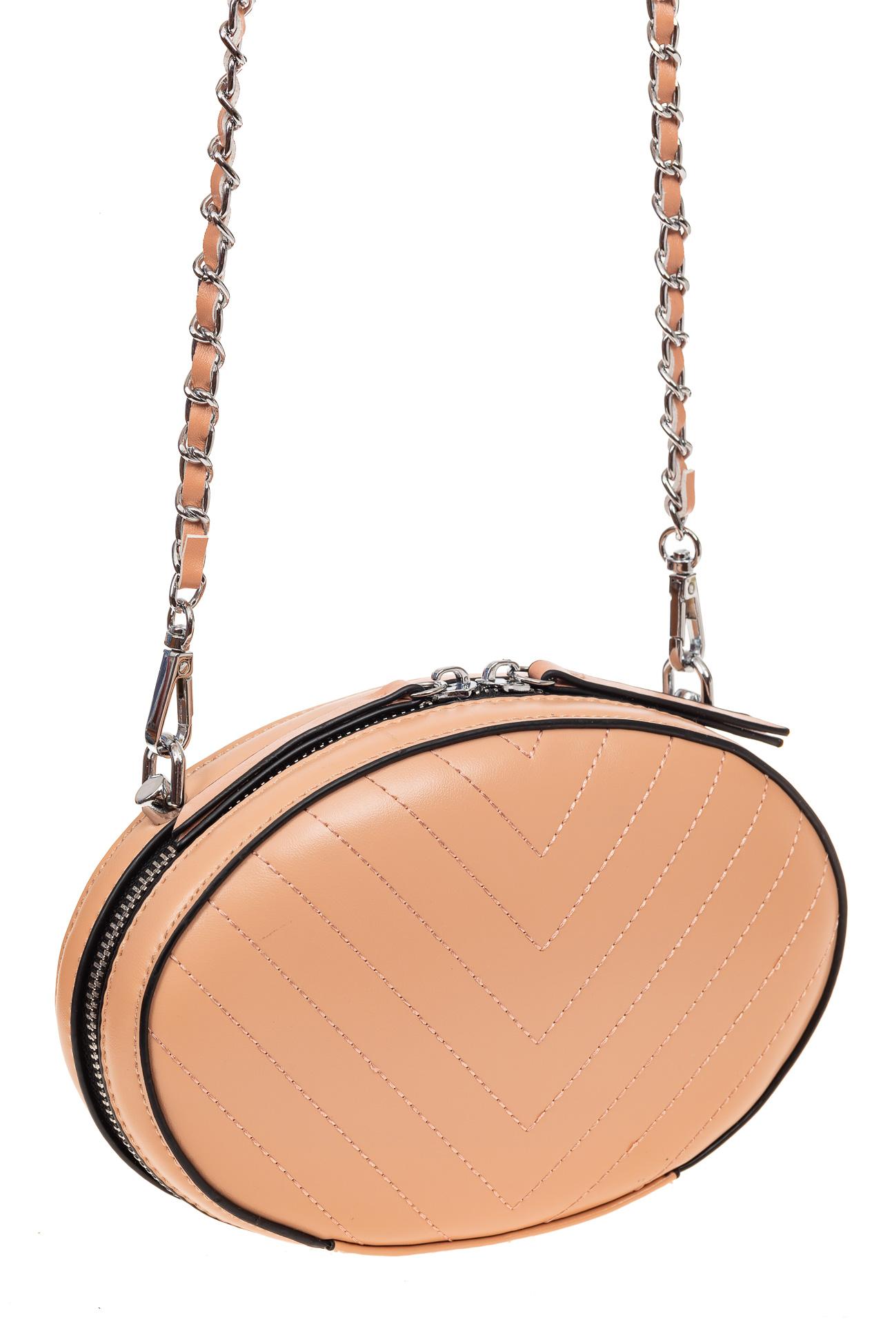 На фото 1 - Плоская овальная сумка из натуральной кожи, цвет пудра