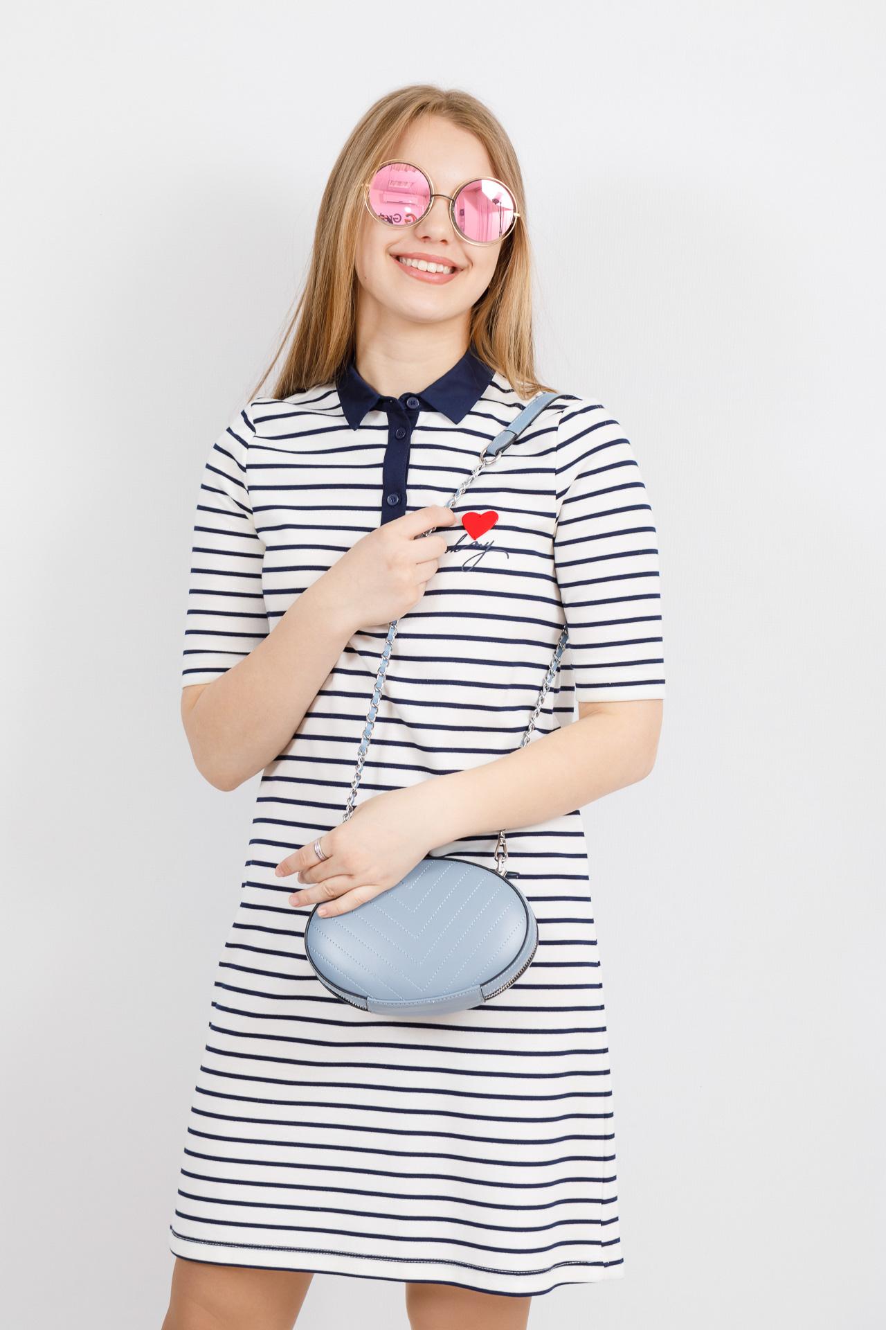 На фото 4 - Плоская овальная сумка из натуральной кожи, цвет голубой
