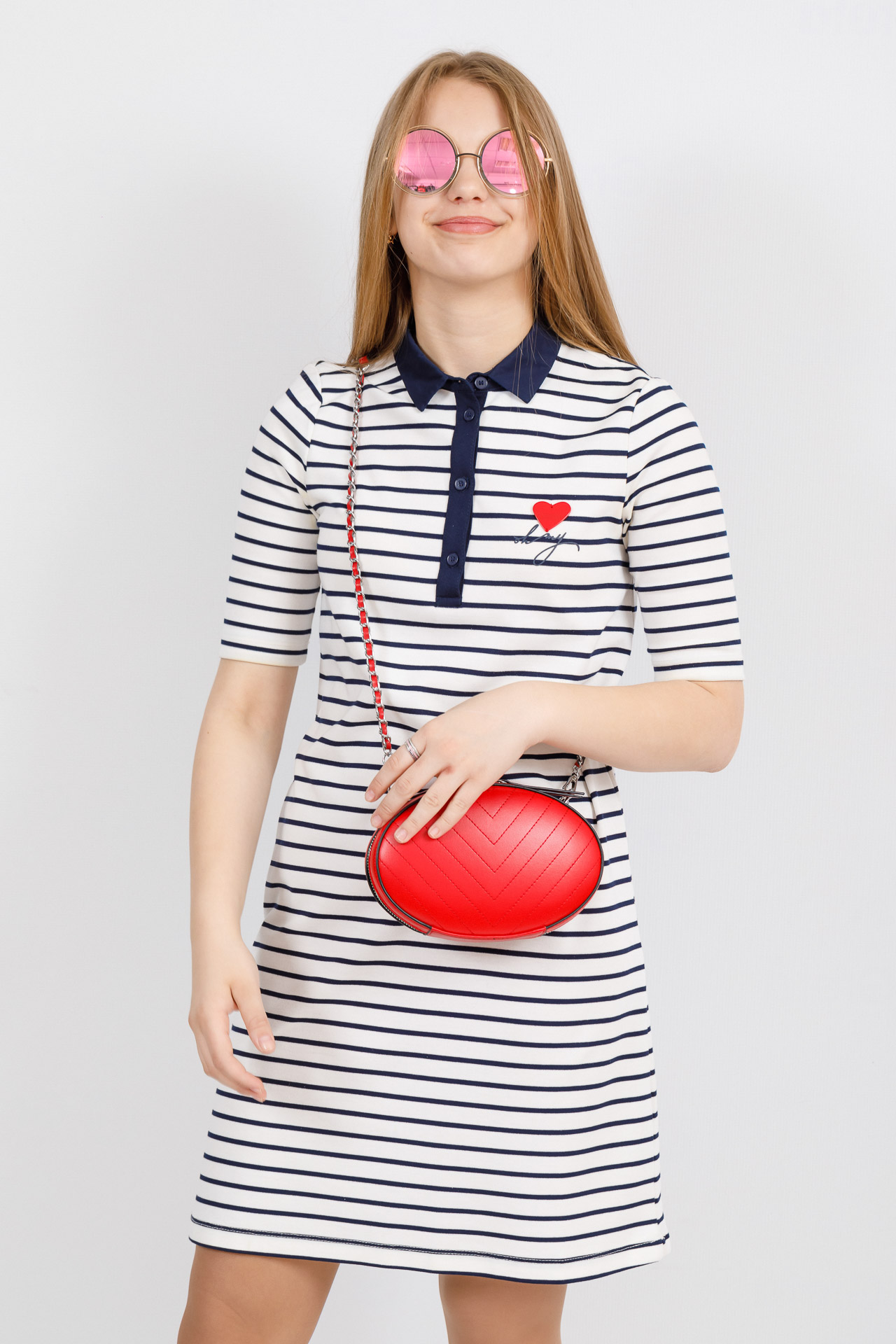 На фото 4 - Плоская овальная сумка из натуральной кожи, цвет красный