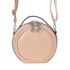 На фото 1 - Круглая женская сумка из экокожи, цвет пудровый