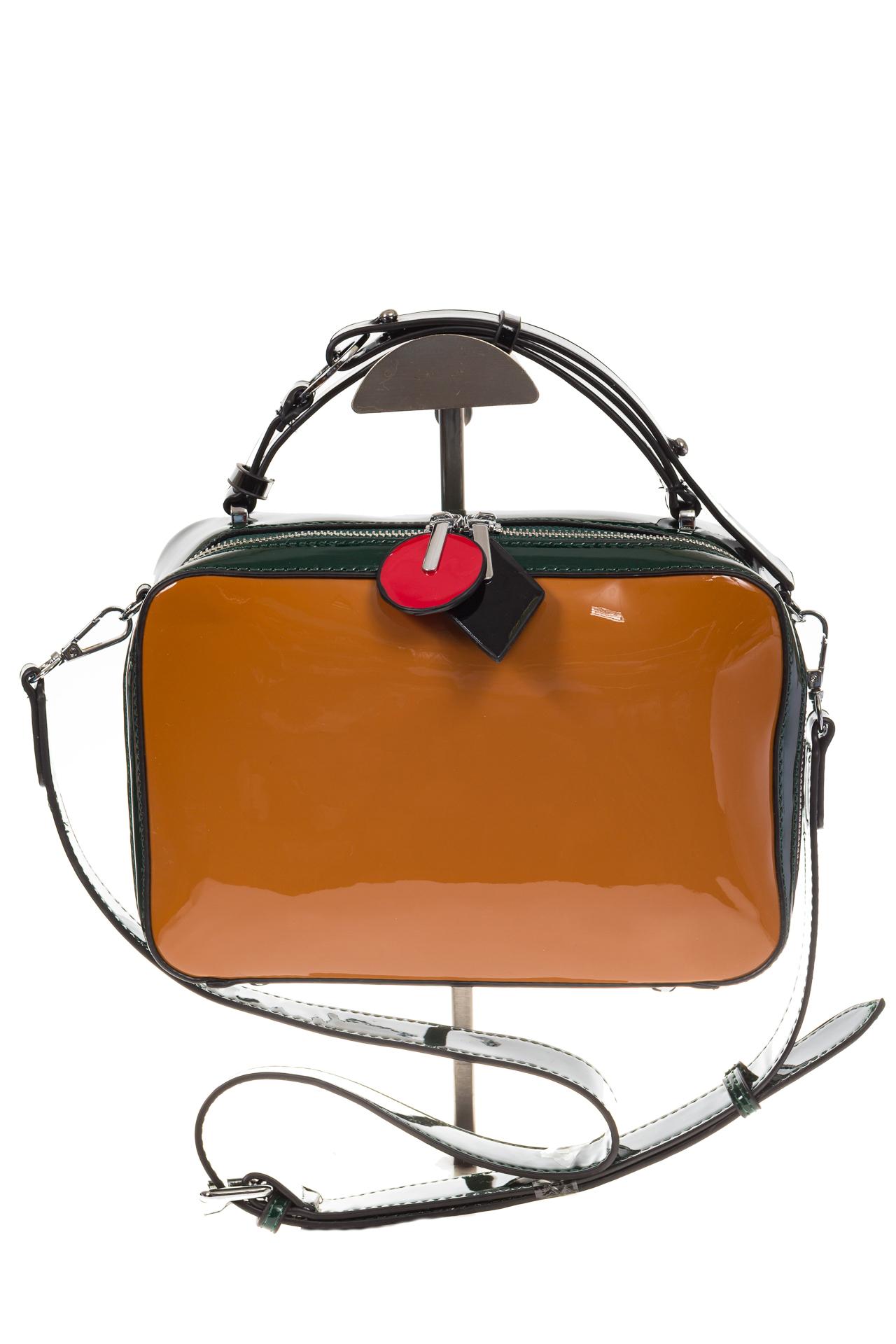 На фото 2 - Лаковая кросс-боди, цвет коричневый с черным 9003