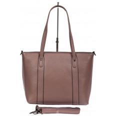 На фото 3 - Кожаная женская сумка тоут с разноцветными подвесками, сиреневая