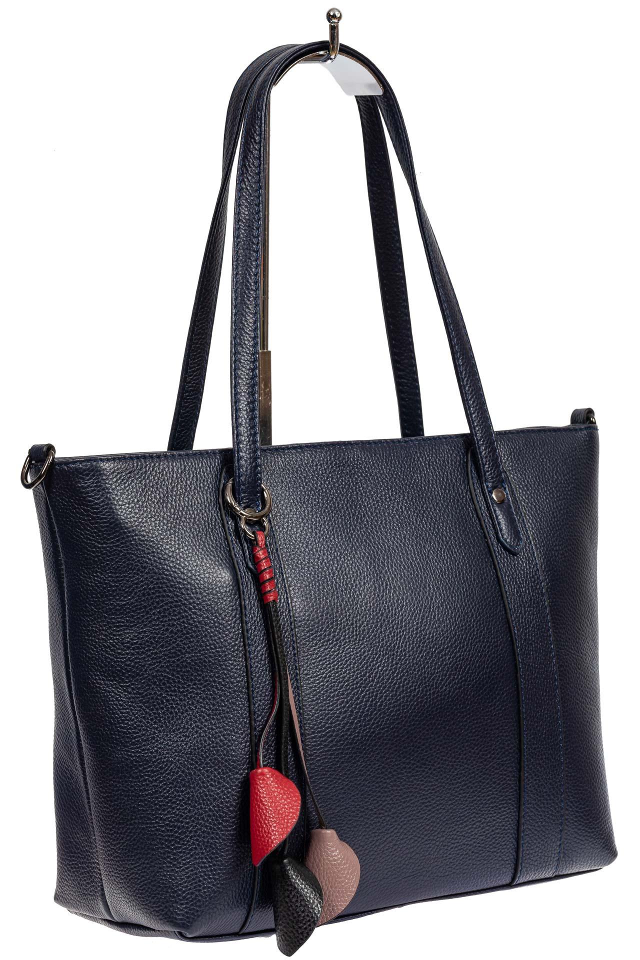 На фото 1 - Кожаная женская сумка тоут с разноцветными подвесками, тёмно-синяя