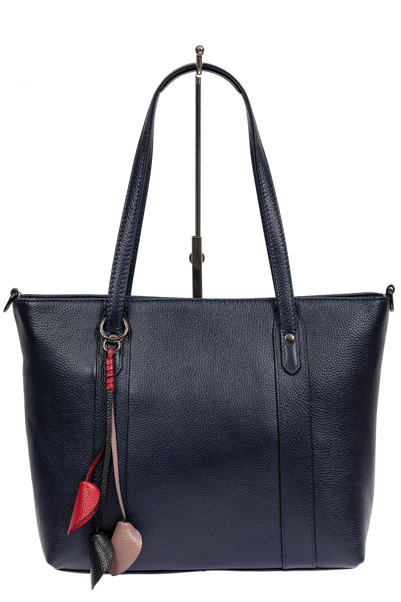 На фото 2 - Кожаная женская сумка тоут с разноцветными подвесками, тёмно-синяя