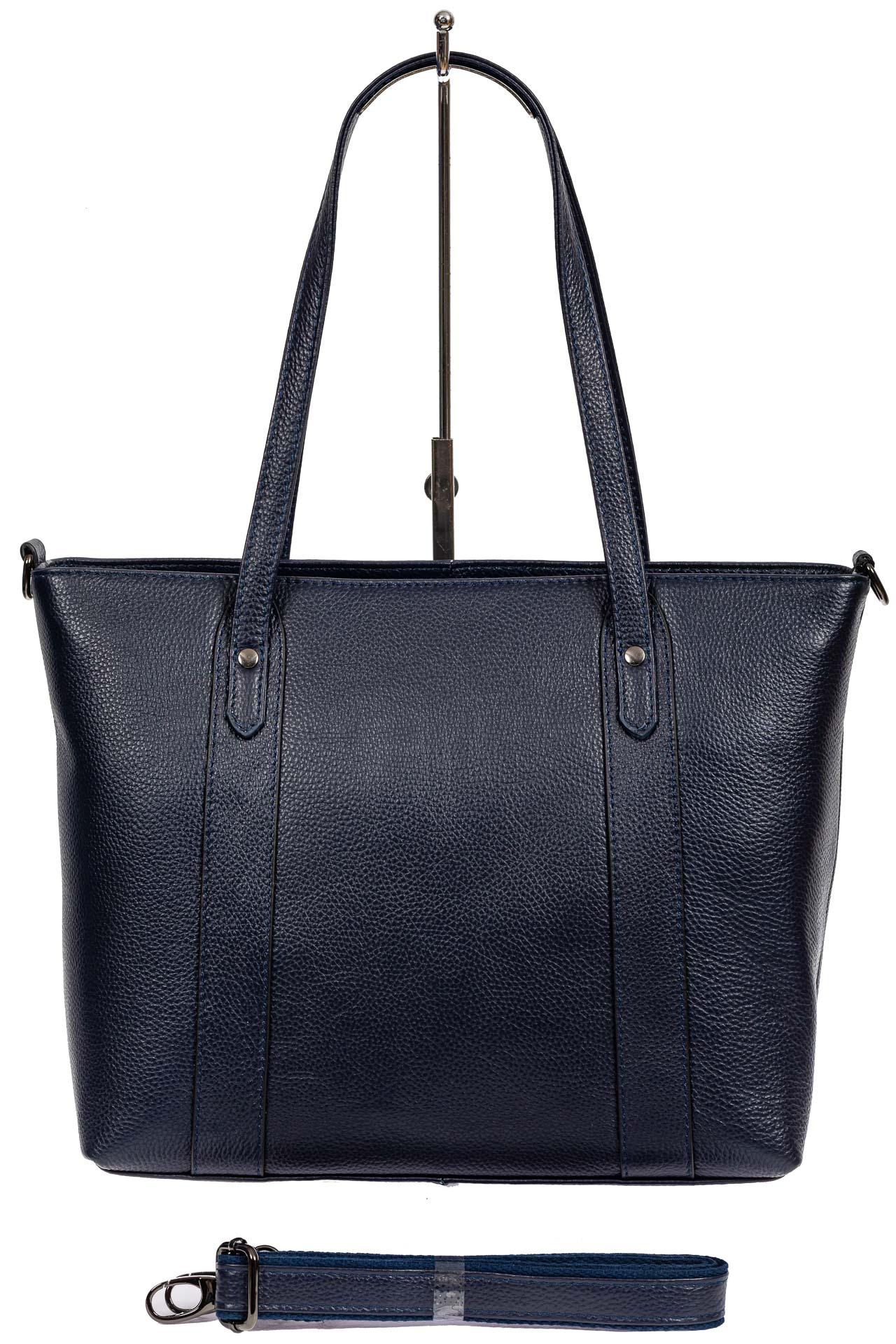 На фото 3 - Кожаная женская сумка тоут с разноцветными подвесками, тёмно-синяя