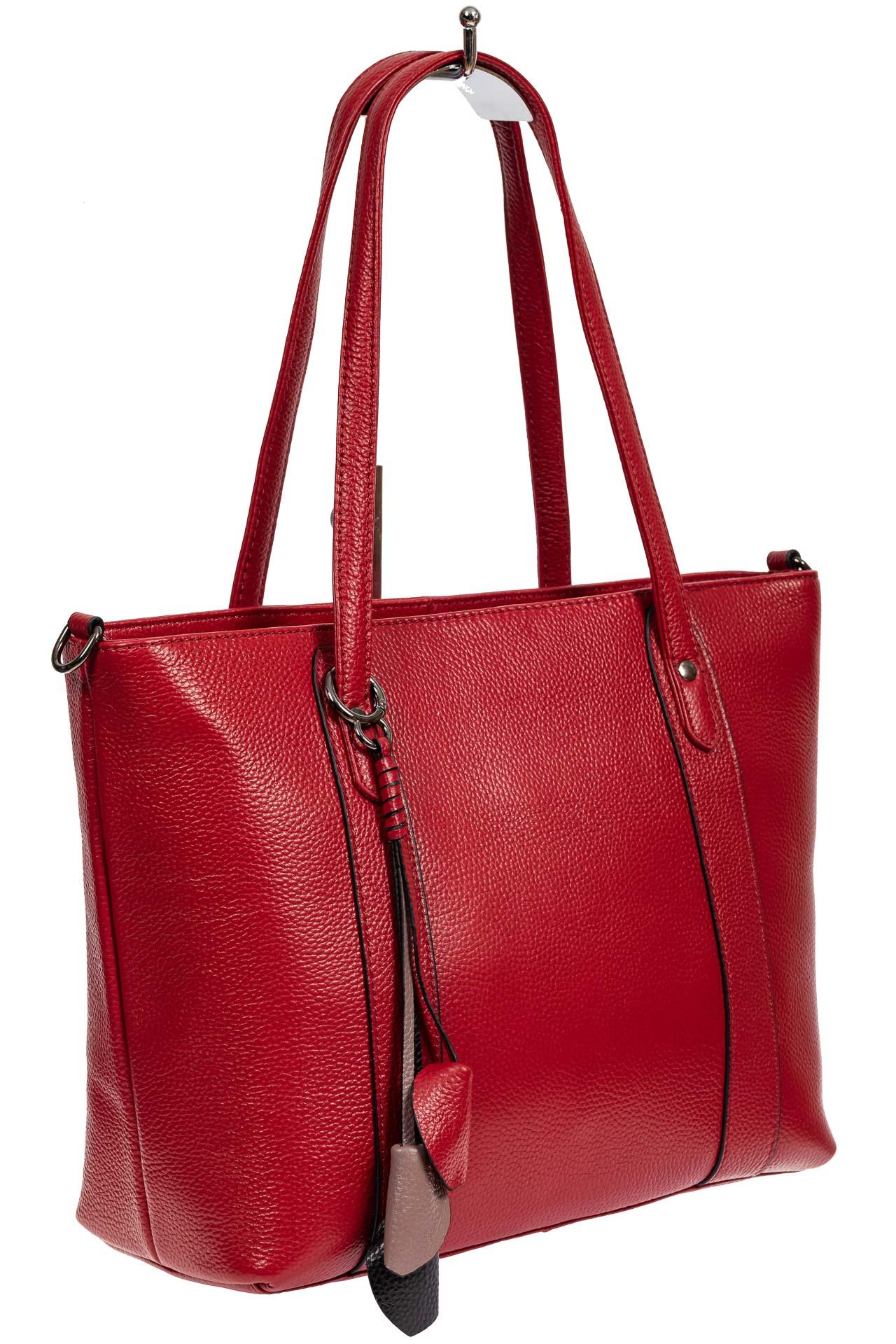 На фото 1 - Кожаная женская сумка тоут с разноцветными подвесками, красная