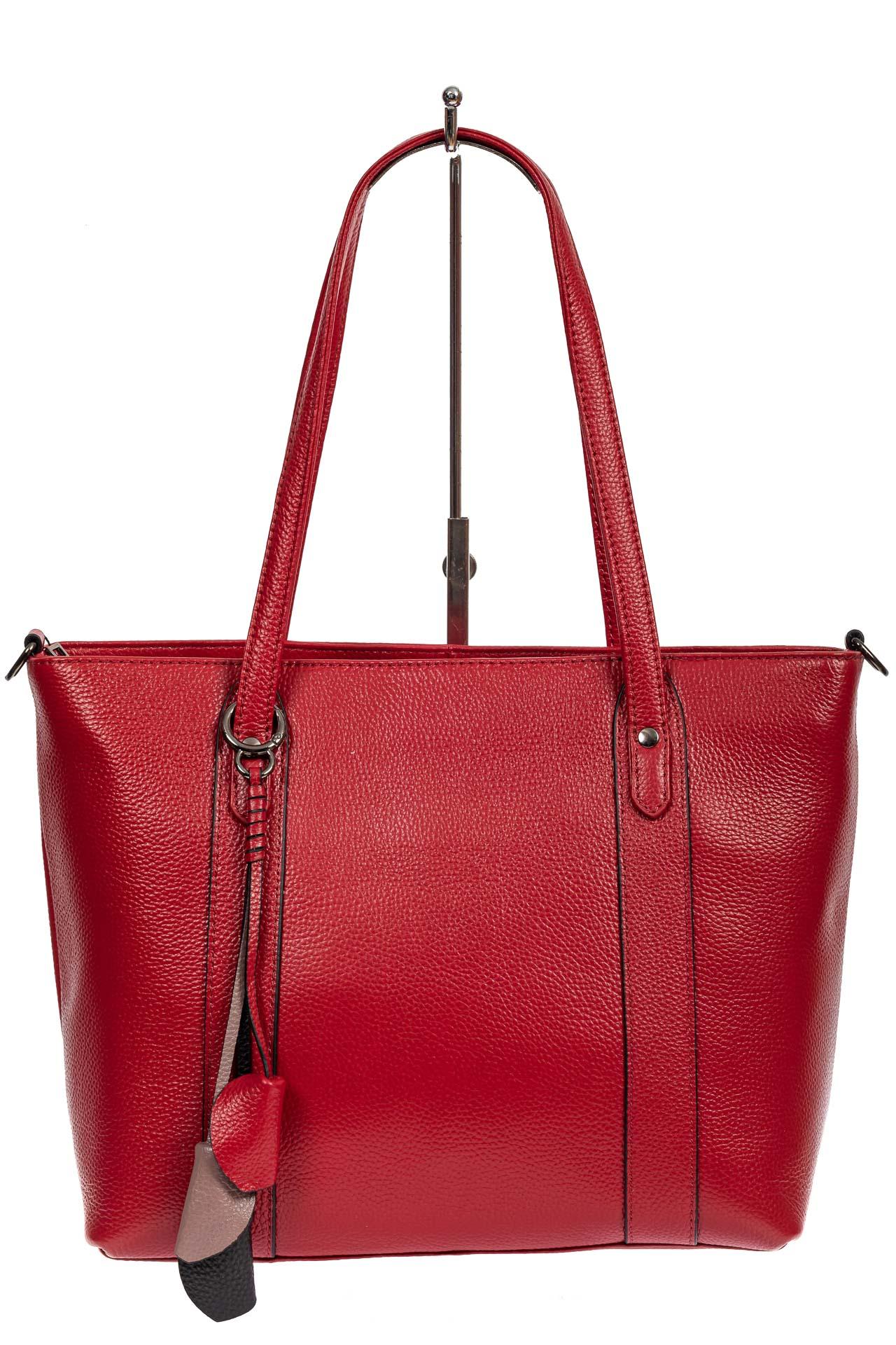 На фото 2 - Кожаная женская сумка тоут с разноцветными подвесками, красная