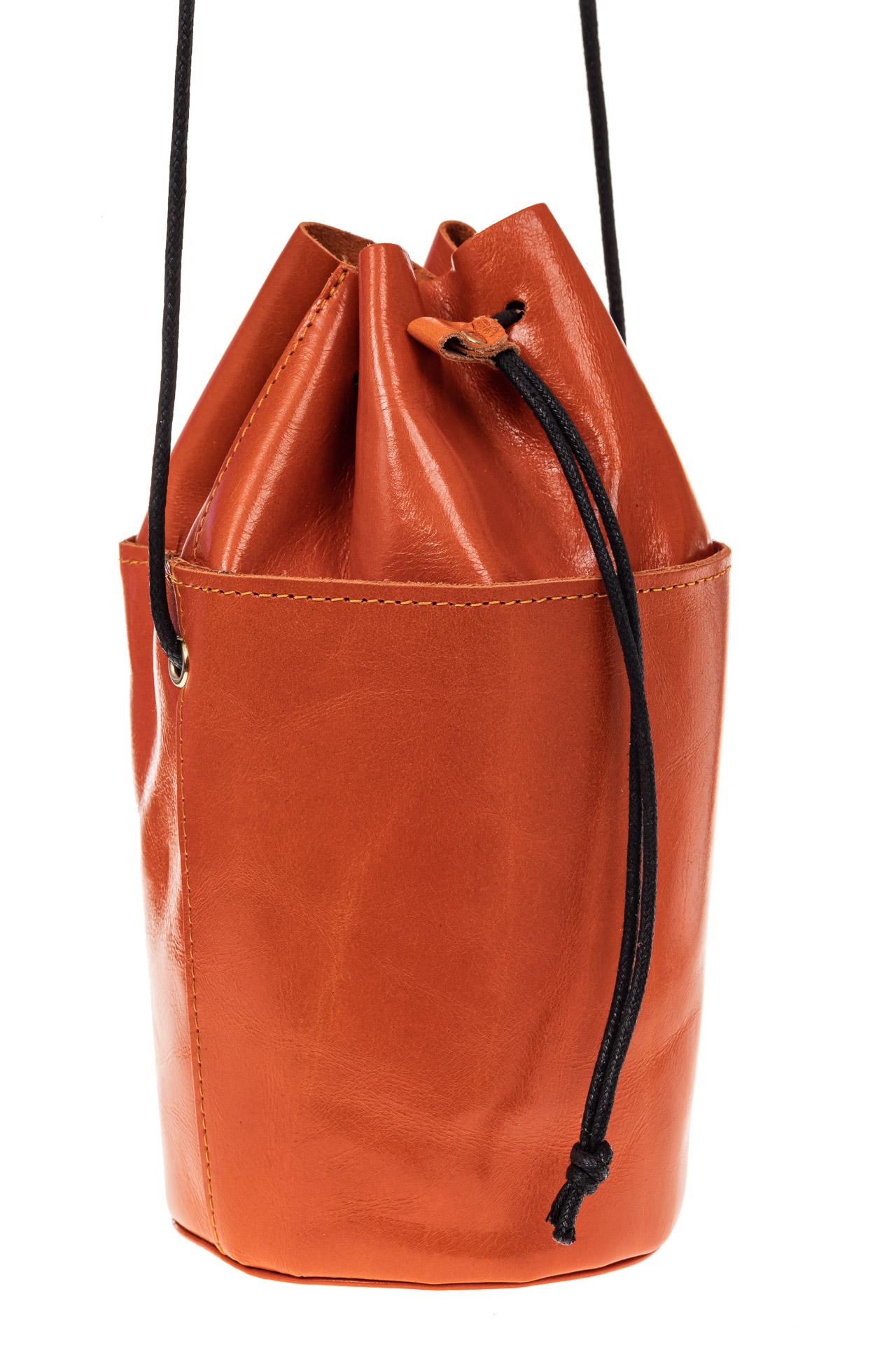 На фото 1 - Эффектная мини-торба из натуральной кожи, цвет оранжевый