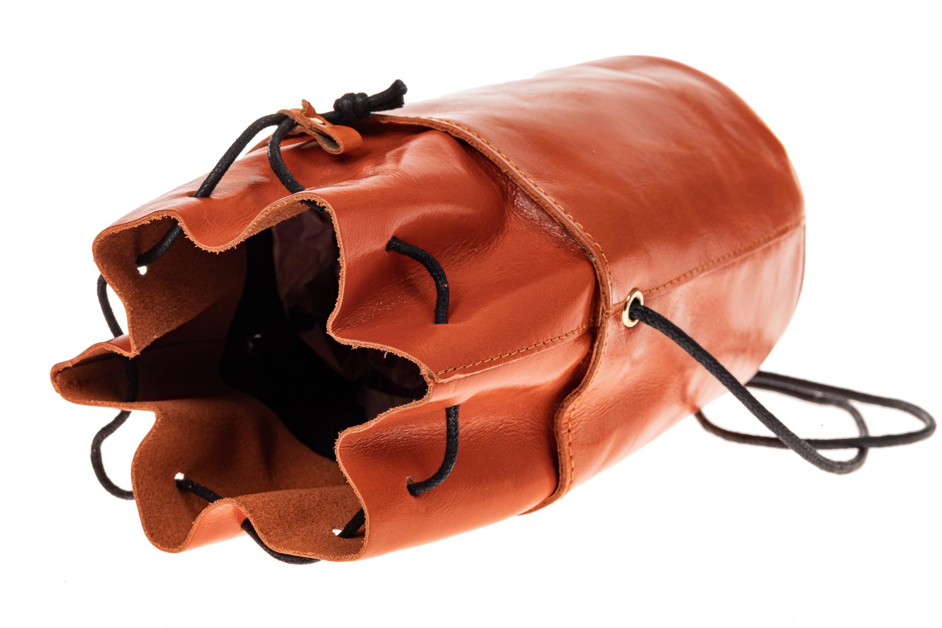 На фото 3 - Эффектная мини-торба из натуральной кожи, цвет оранжевый