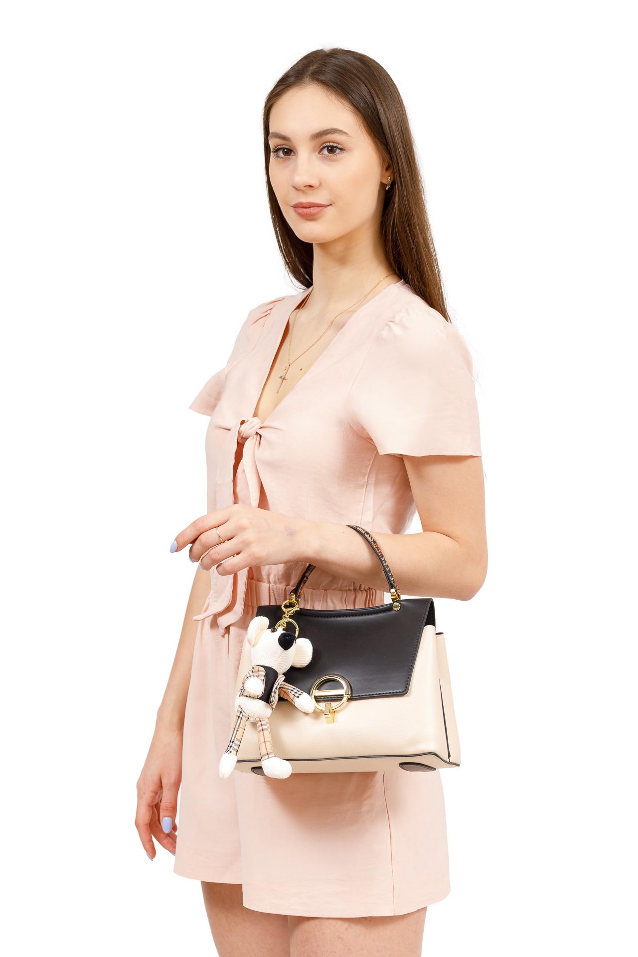 На фото 5 - Классическая сумка-трапеция из кожзама, цвет молочный с черным