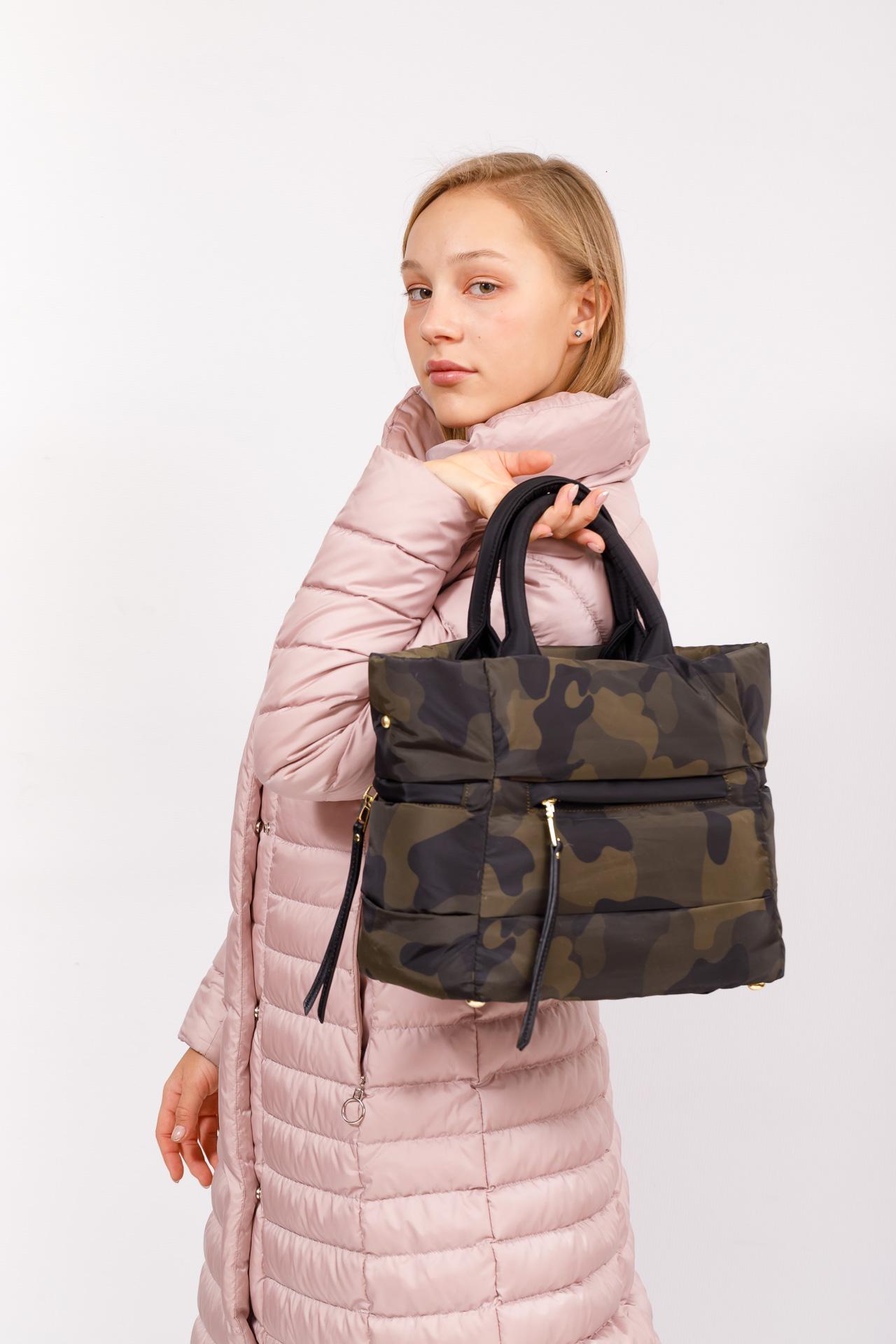 На фото 5 - Дутая сумка женская из болоньевой ткани, цвет хаки, защитный принт