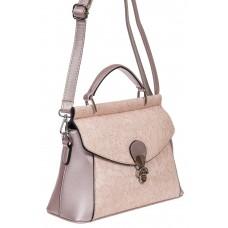 На фото 1 - Женская сумка из экокожи с ажурным цветочным принтом, цвет пыльная роза