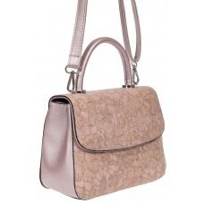 На фото 1 - Небольшая женская сумка из экокожи с ажурным цветочным принтом, розовая
