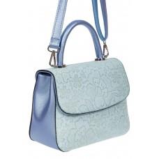 На фото 1 - Небольшая женская сумка из экокожи с ажурным цветочным принтом, голубая