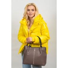 На фото 1 - Класическая женская сумка из гладкой экокожи, цвет серо-сиреневый