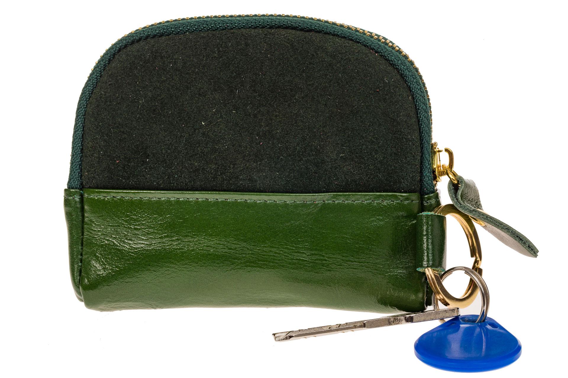 На фото 1 - Женская ключница из натуральной кожи и замши, цвет зеленый