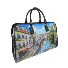 На фото 1 - Женская дорожная сумка из экокожи с принтом, мультицвет