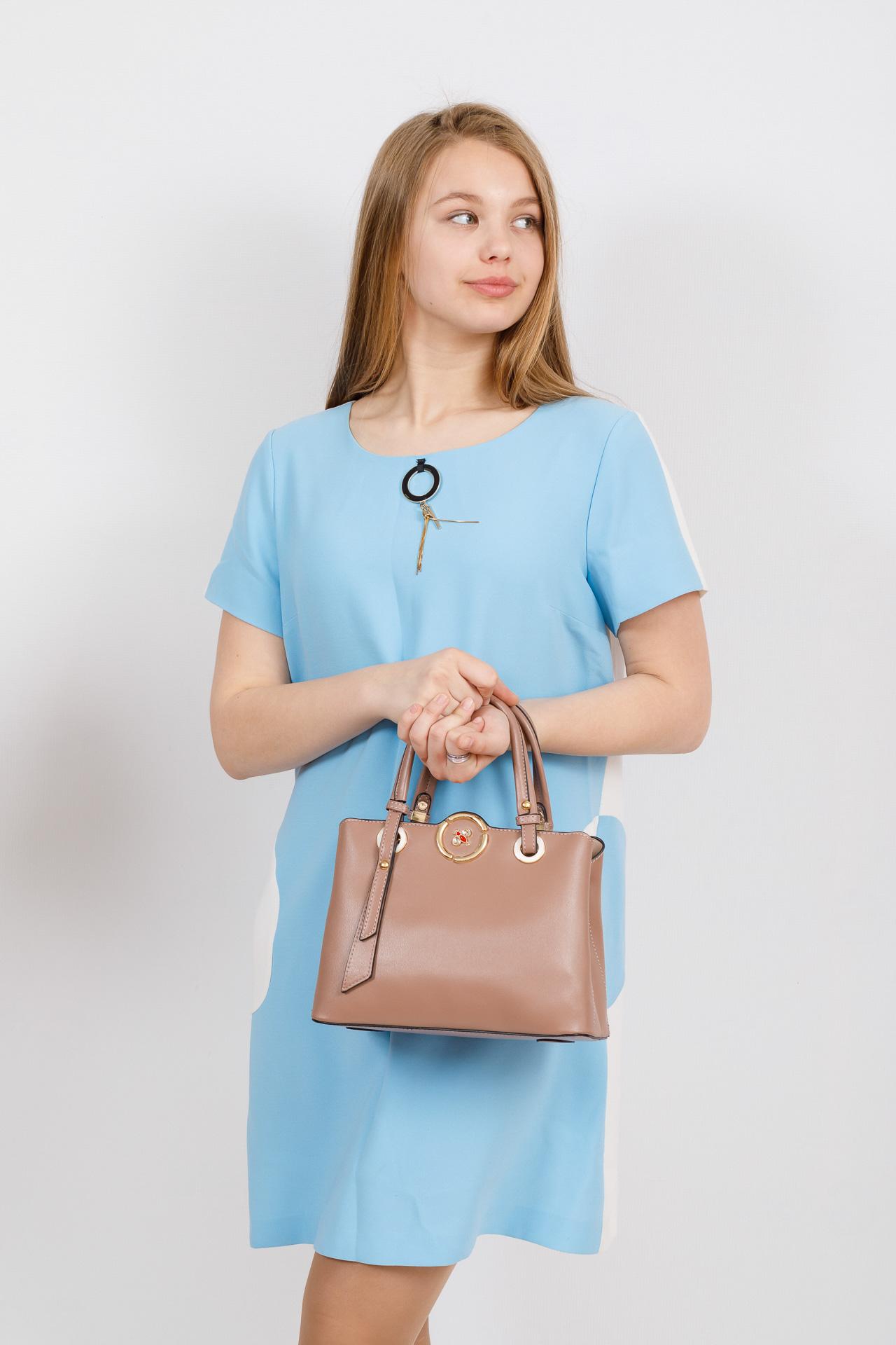 На фото 4 - Классическая женская сумка из искусственной кожи, цвет пудра