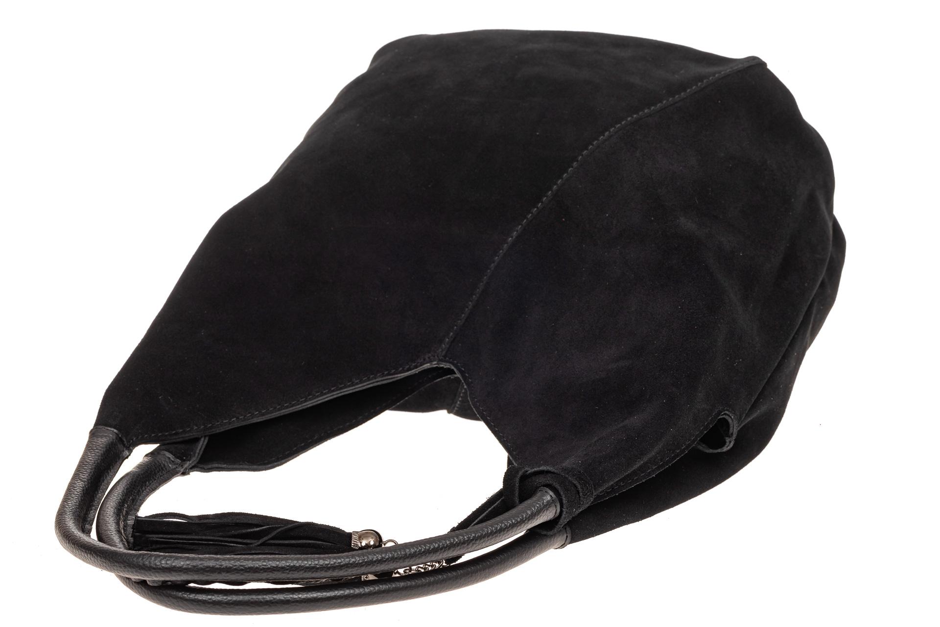 На фото 4 - Замшевая сумка хобо, цвет черный