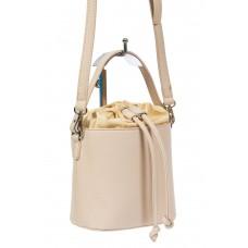 На фото 1 - Женская сумка-ведро из экокожи и текстиля, цвет молочный