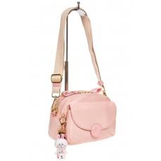 На фото 1 - Небольшая женская сумка из текстиля с акцентным брелком, цвет розовый