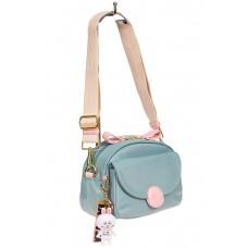 На фото 1 - Небольшая женская сумка из текстиля с акцентным брелком, цвет голубой