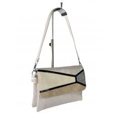 На фото 1 - Женская сумка-мессенджер из экокожи с разноцветными вставками, белый цвет