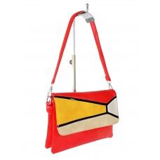 На фото 1 - Женская сумка-мессенджер из экокожи с разноцветными вставками, красный цвет