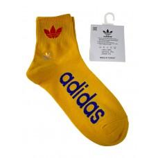 На фото 1 - Спортивные мужские носки с надписью и принтом, цвет жёлтый