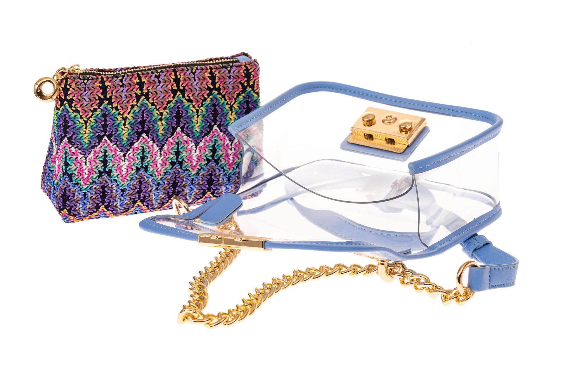 На фото 3 - Прозрачная сумочка с голубой окантовкой