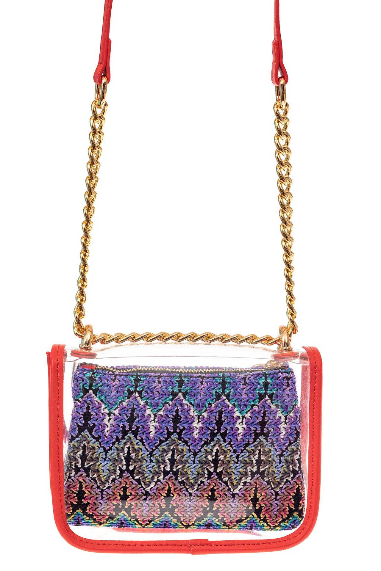 На фото 2 - Прозрачная сумочка с красной окантовкой