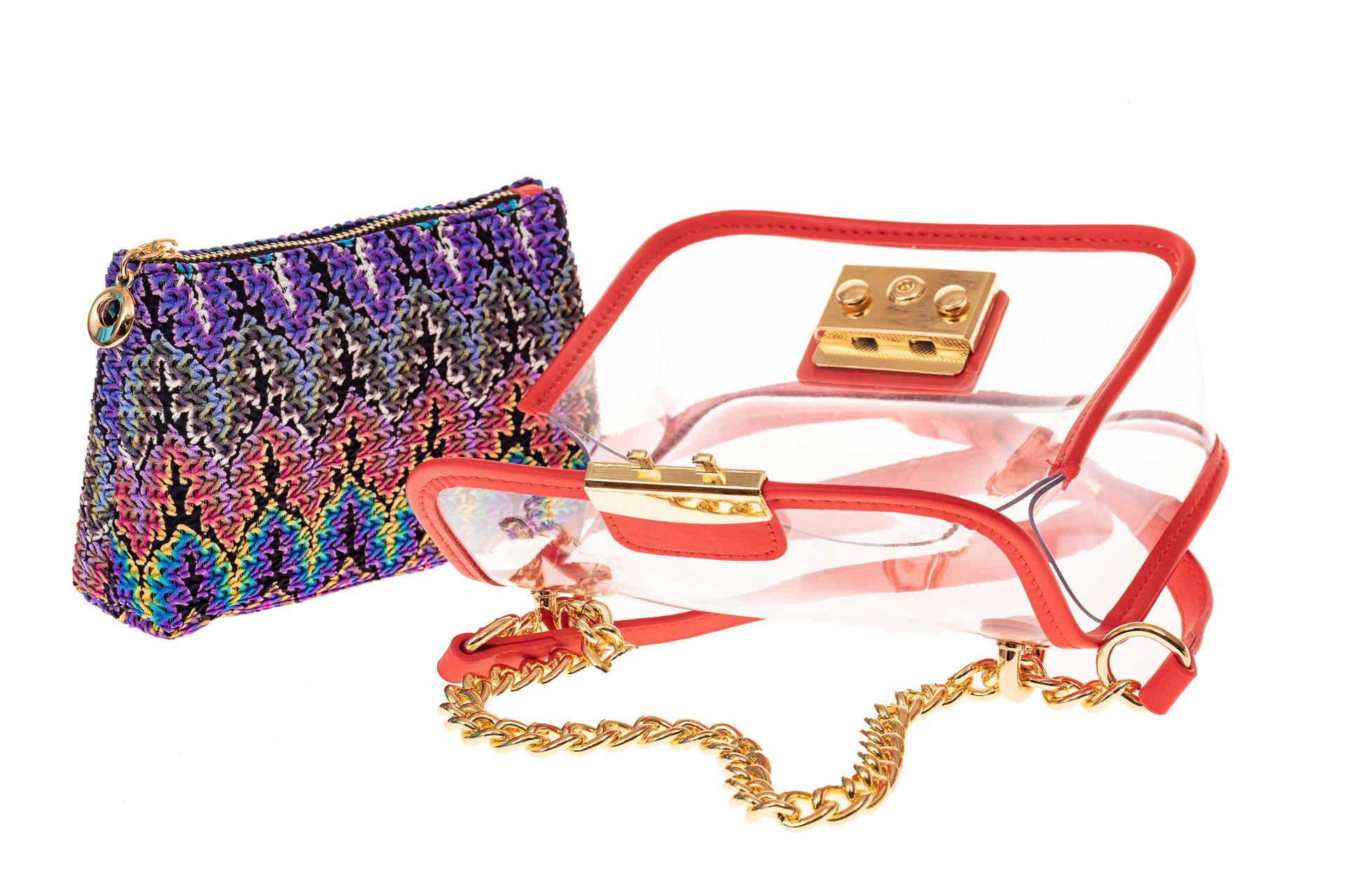 На фото 3 - Прозрачная сумочка с красной окантовкой