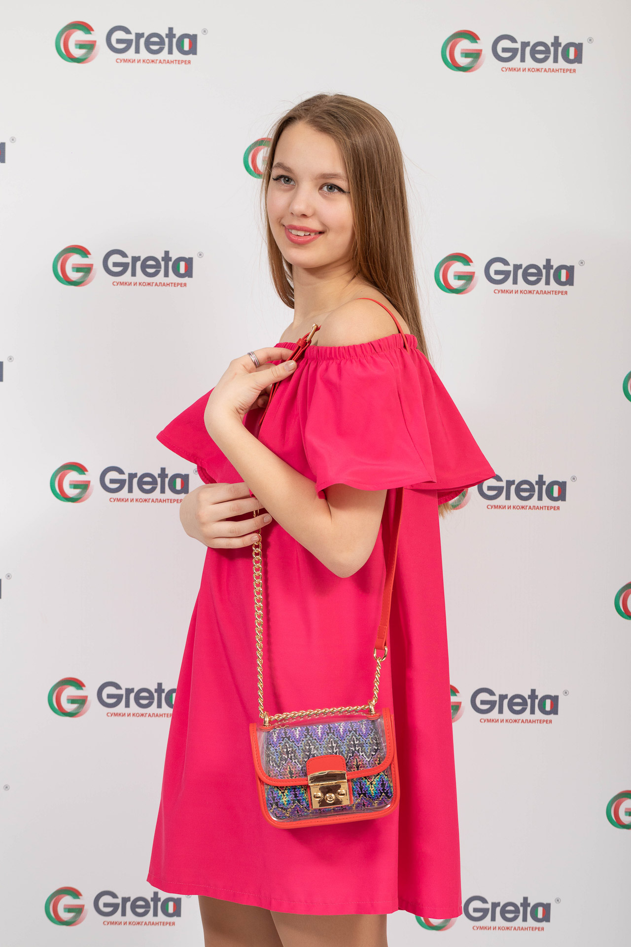На фото 4 - Прозрачная сумочка с красной окантовкой