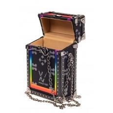 На фото 4 - Каркасная сумка-сундучок из искусственной кожи и текстиля, мультиколор, основной цвет черный