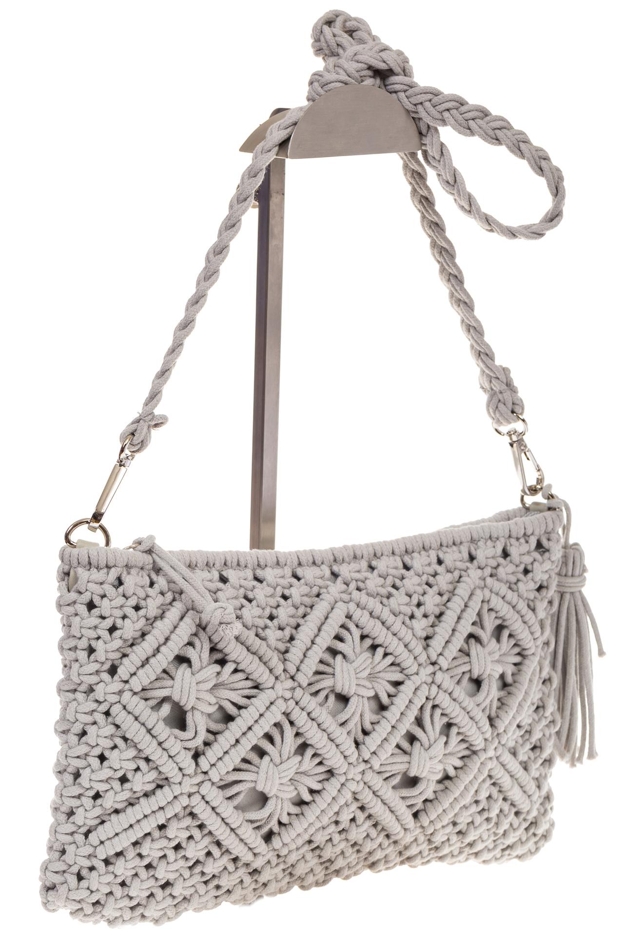на фото Плетеная сумочка-flat в стиле макраме серого цвета H4708