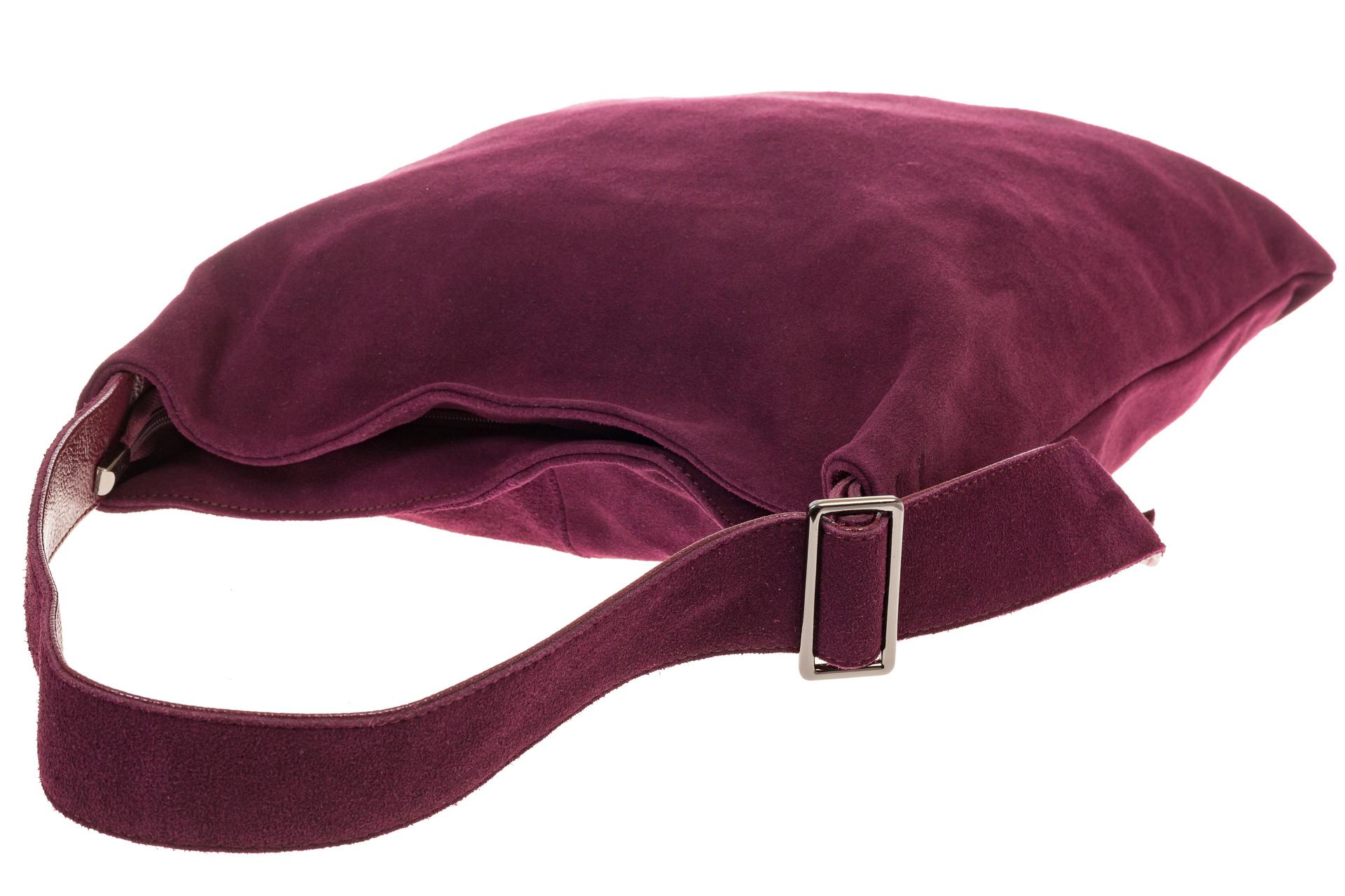 На фото 4 - Вертикальная сумка из натуральной замши бордового цвета