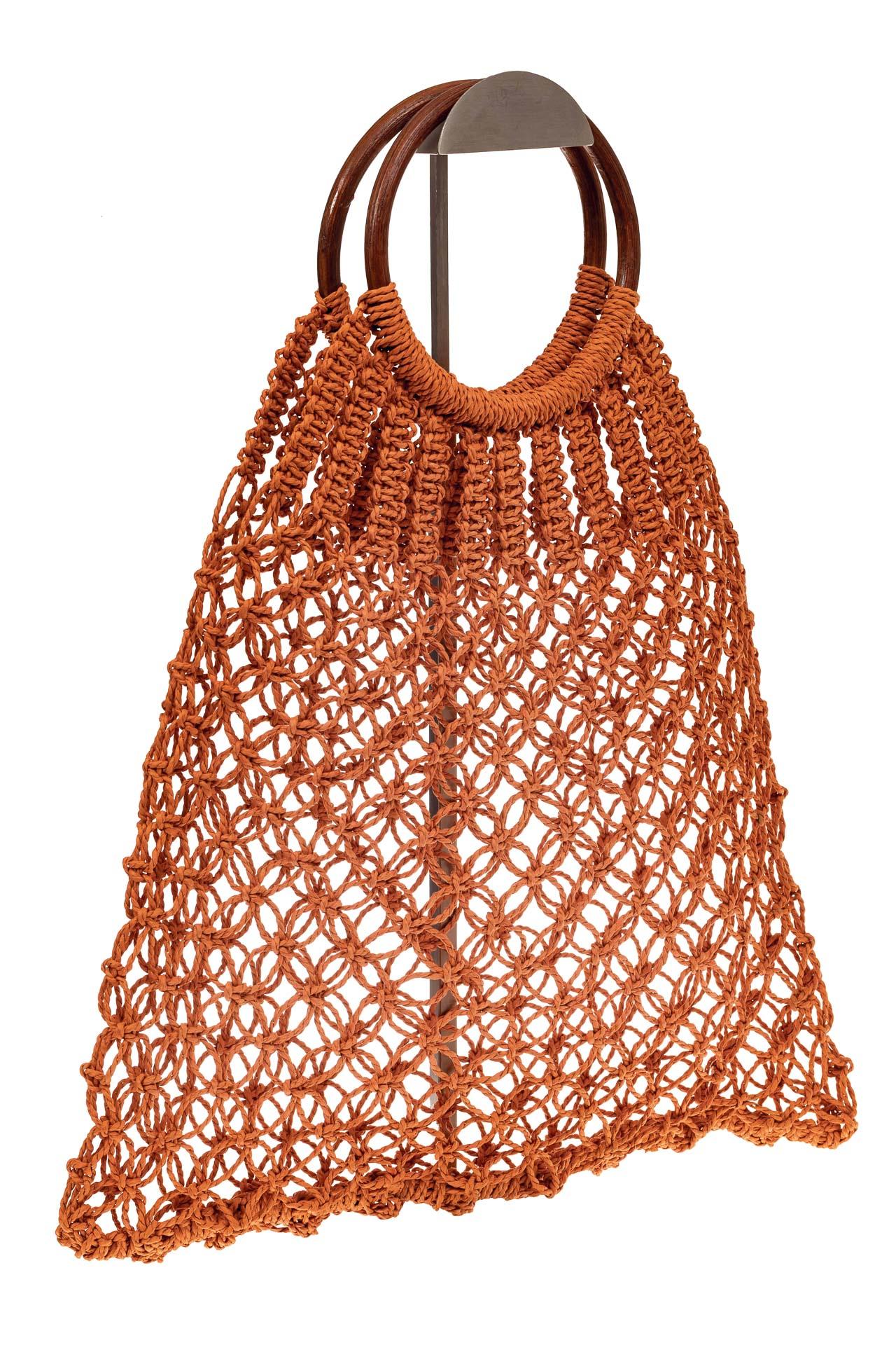 На фото 1 - Плетеная сумка-авоська с деревянными ручками, цвет рыжий