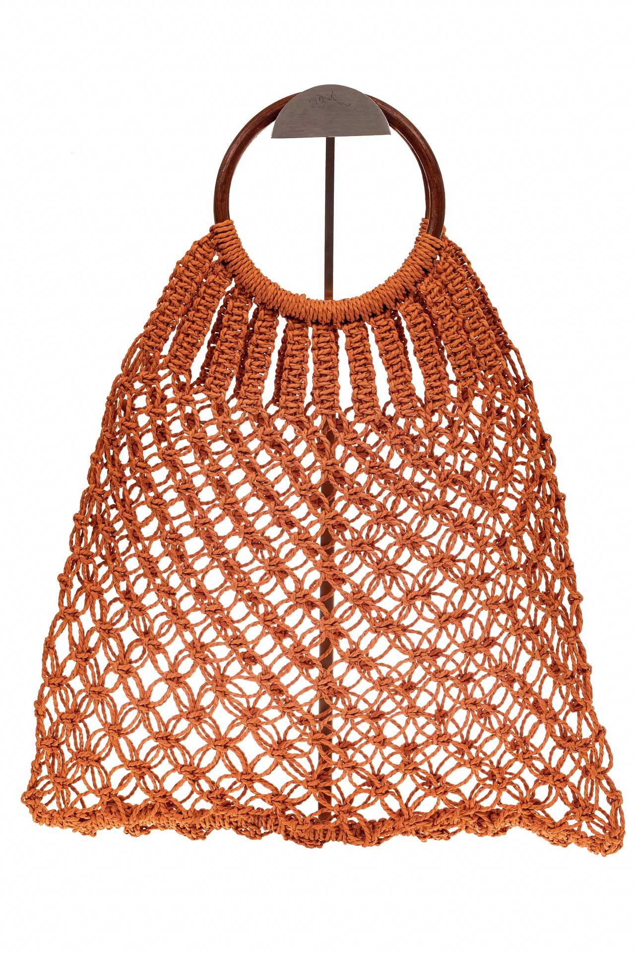 На фото 2 - Плетеная сумка-авоська с деревянными ручками, цвет рыжий