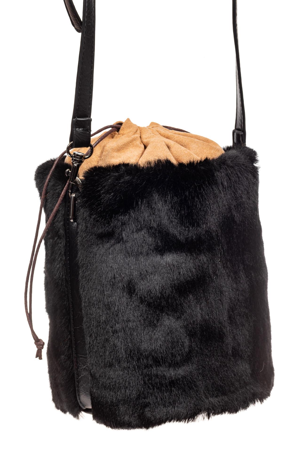 На фото 1 - Меховая сумка-ведро, цвет черный