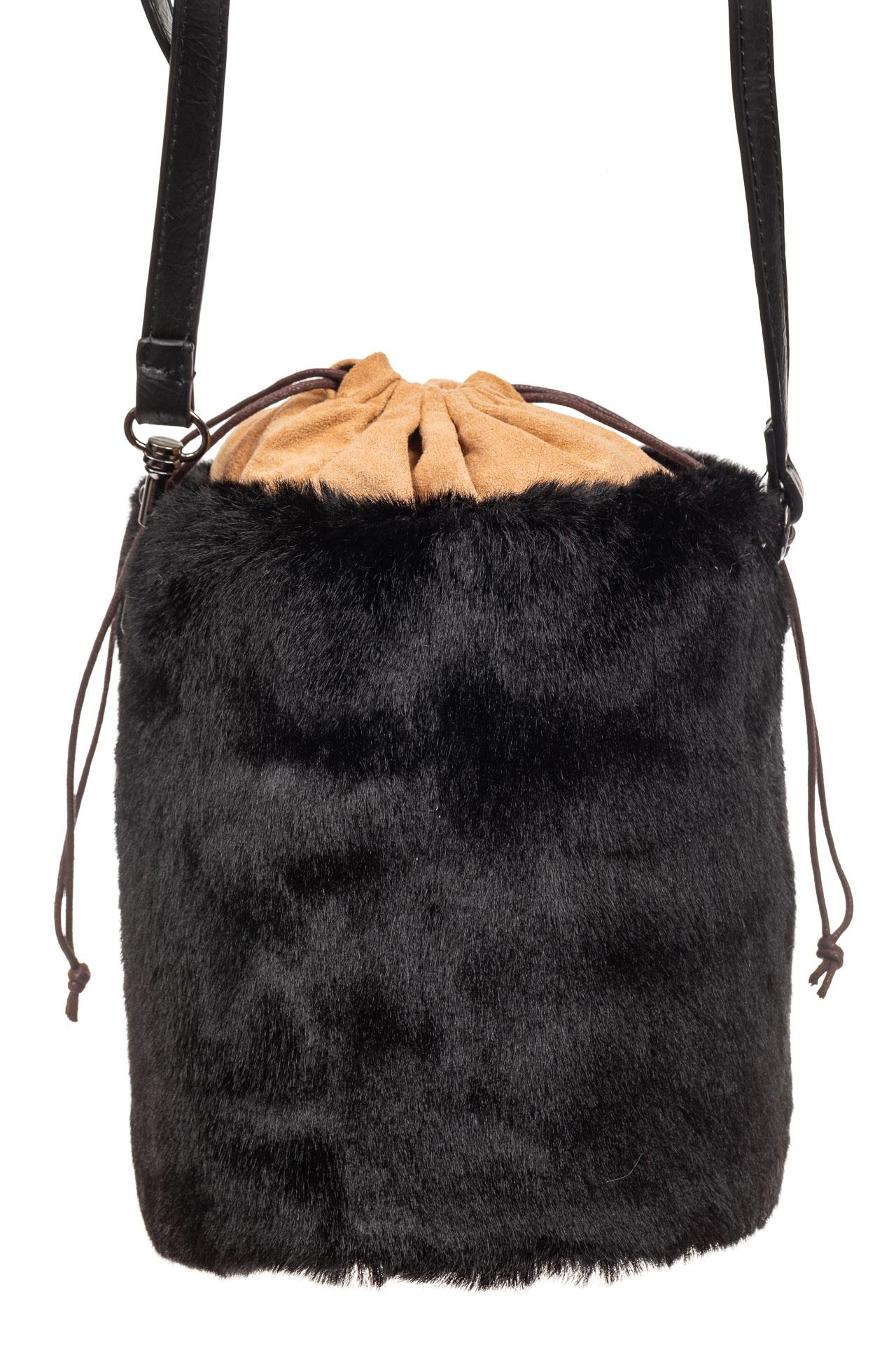 На фото 2 - Меховая сумка-ведро, цвет черный