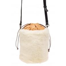На фото 2 - Меховая сумка-ведро, цвет белый