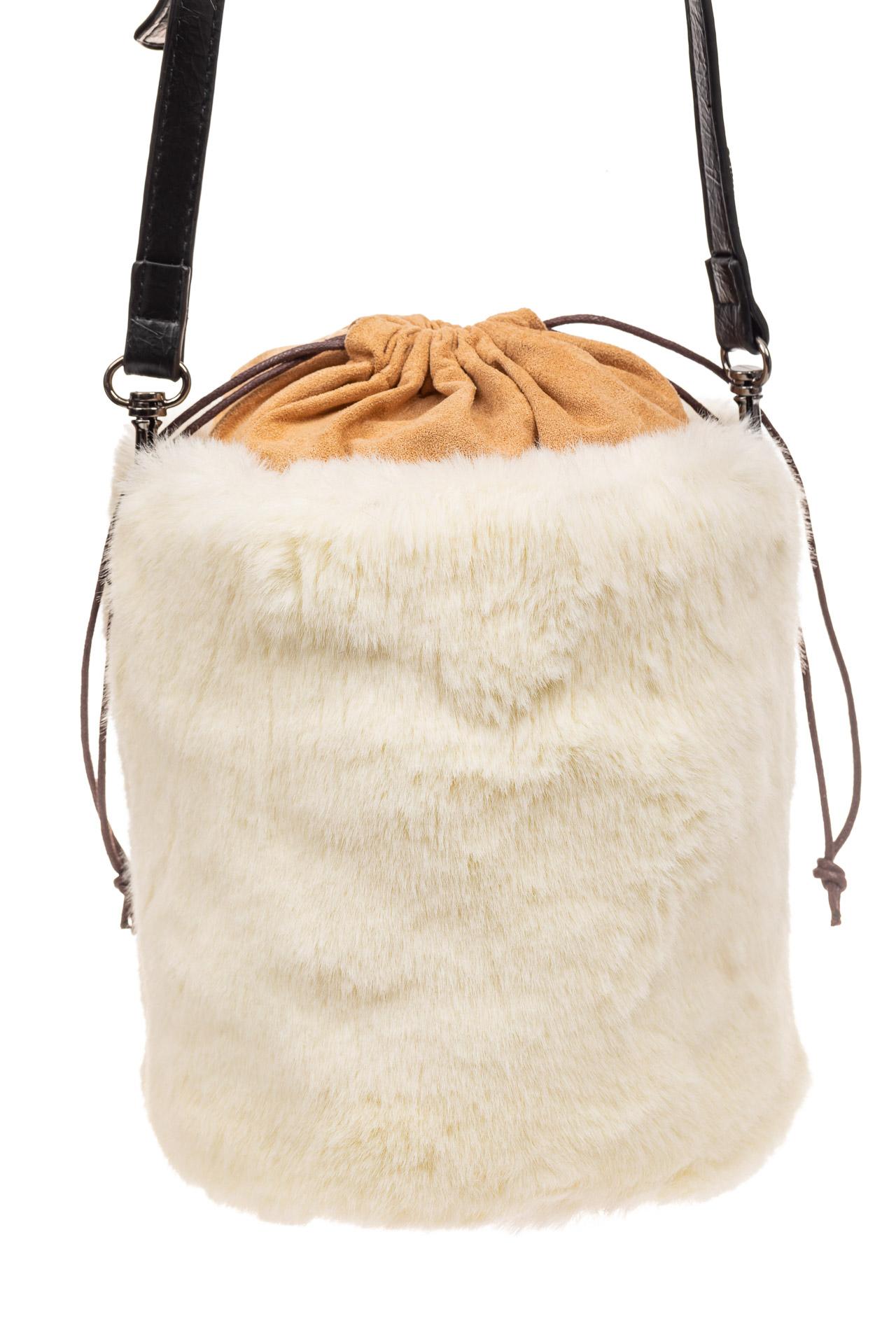 На фото 3 - Меховая сумка-ведро, цвет белый